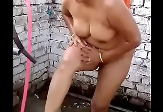 Indian desi muslim bhabhi bath in open